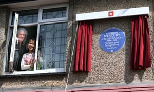 Brian May and Kashmira Cooke with a blue plaque for Freddie Mercury