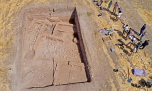 The tripartite house at the site of Gurga Chiya in Iraqi Kurdistan. September 2017. A drone photo showing architecture at the bottom of a deep rectangular trench