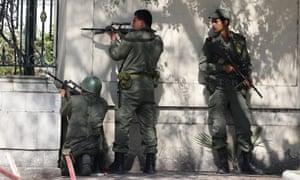 袭击期间突尼斯武装部队在巴尔多博物馆外面