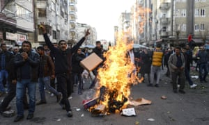 Protesters light fires in Diyarbakir