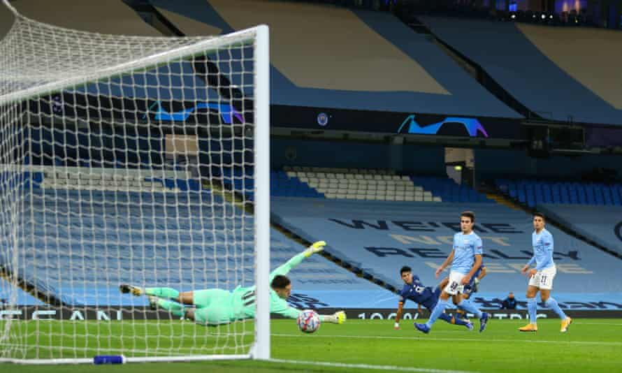 Luis Díaz stuns Manchester City by giving Porto an early lead.