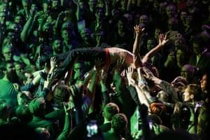 Iggy Pop crowd-surfs