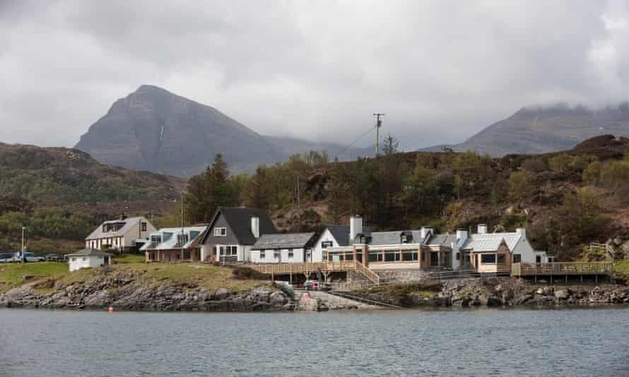 Kylesku hotel on the edge of the water, mountains behind