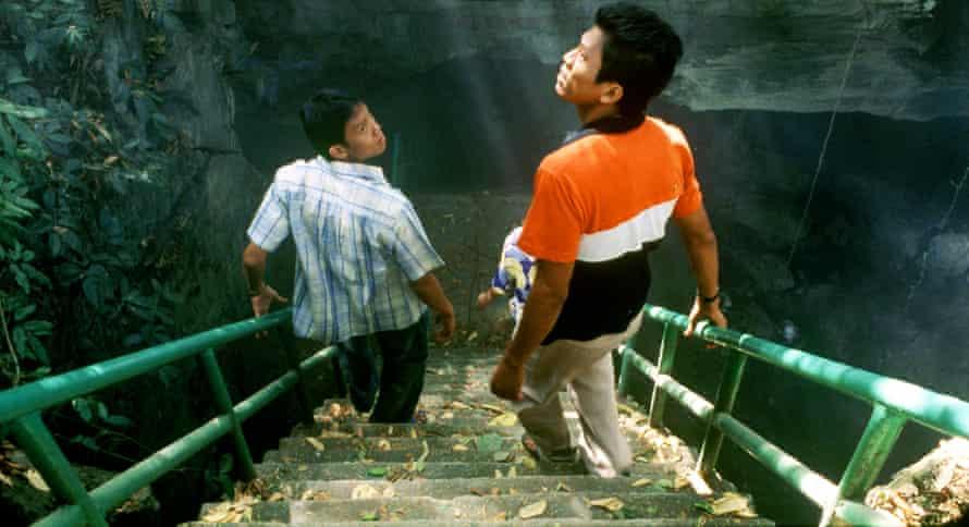 A scene from Tropical Malady, starring Sakda Kaewbuadee and Banlop Lomnoi.