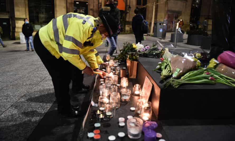 یک افسر پلیس در یادبود سارا اورارد در ناتینگهام شمع روشن می کند.