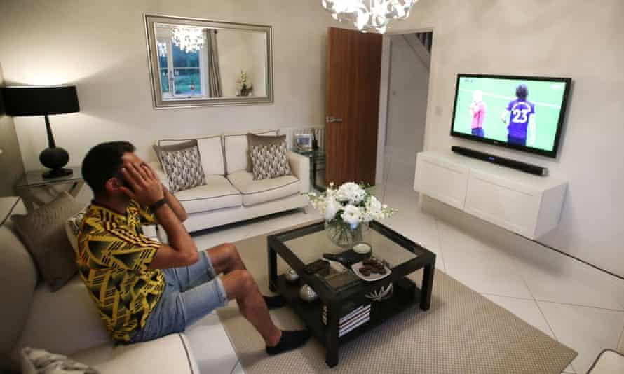 David Luiz is sent off as Manchester City win 3-0 at the Etihad.