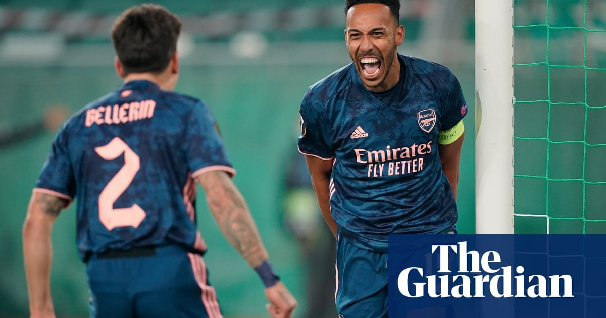 Aubameyang caps Arsenal comeback at Rapid Vienna as Özil tweets his support