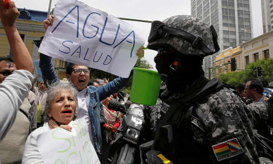 Demonstrators holding buckets protest amid the drought, in the center of La Paz.