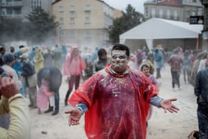 The carnival celebrations in Xinzo de Limia kick off with the annual flour battle