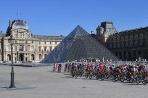 The peloton pass the Louvre.