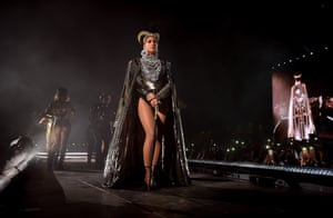 Beyoncé's opening 'Nefertiti' outfit