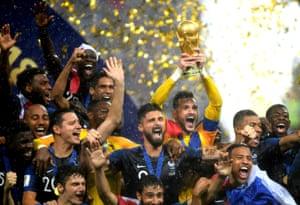 Hugo Lloris lifts the World Cup.