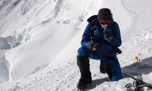 Jornet在他的第一次登顶时休息了一下