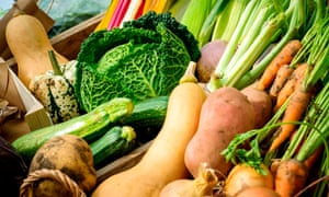 Eating more vegetables and fruit and less red meat will benefit people's health and the environment, say researchers.