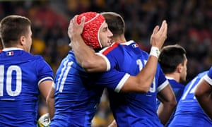 Gabin Villiere (centre) of France celebrates scoring a try with Melvyn Jaminet.