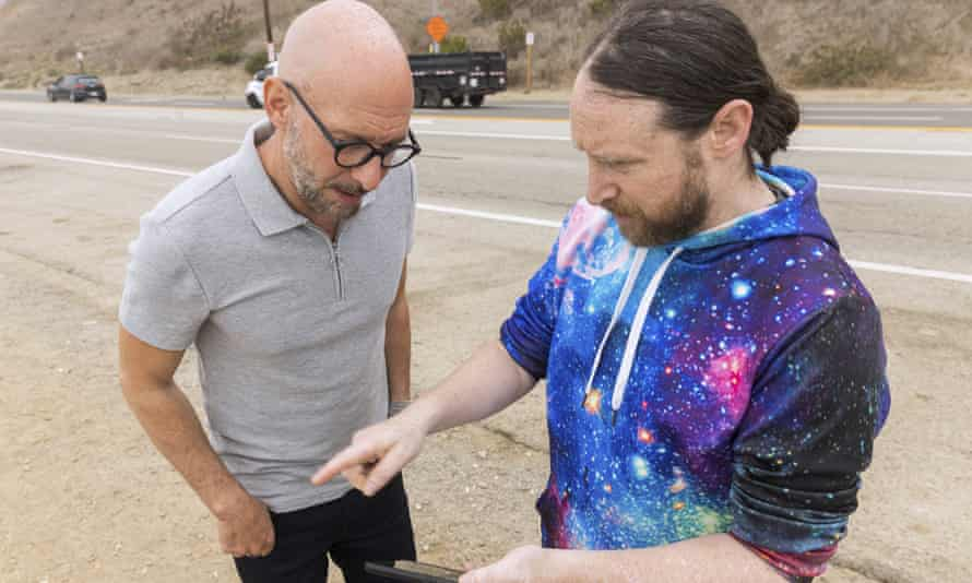 Penulis Neil Strauss, kiri, dan gitaris Incobos Mike Einziger, dari podcast Los Angeles To Live and Die, berada di Malibu, California, di tempat mobil milik Elaine Park ditemukan.