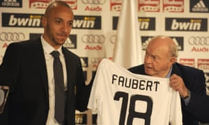 Julien Faubert receives his Real Madrid jersey from Alfredo Di Stéfano