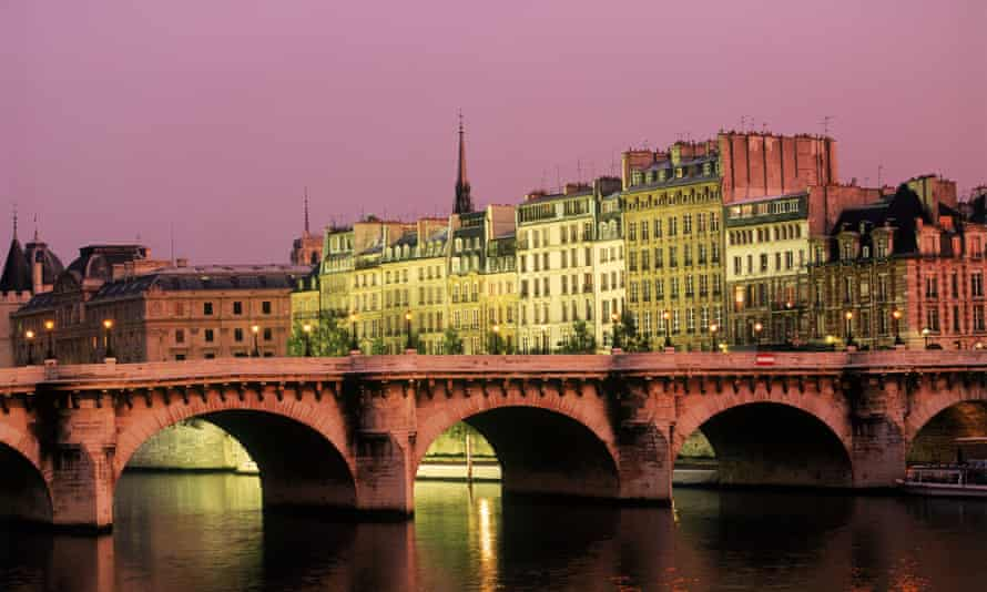 Pont Neuf in the 6th arrondissement, one of the most popular districts on Airbnb.
