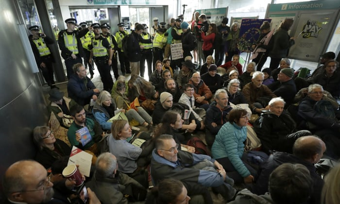 Manifestantes da Extinction Rebellion atacam o aeroporto da cidade de Londres