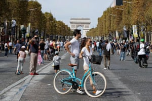 Cyclists and pedestrians in front of the Arc de Triomphe