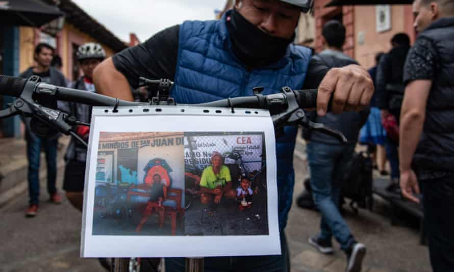 Friends of Holger Hagenbusch and Krzysztof Chmielewski protest in San Cristobal de las Casas at the official handling of the cyclists' death.