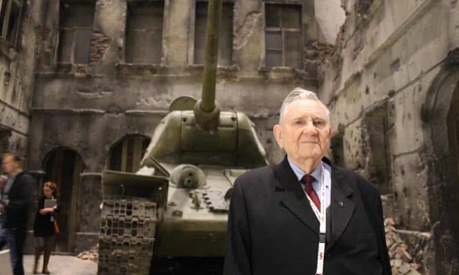 Veteran Henryk Bajduszewski in front of a Russian tank.