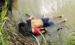 The tragic photo that captured the fates of Óscar Martinez and his daughter Valeria.
