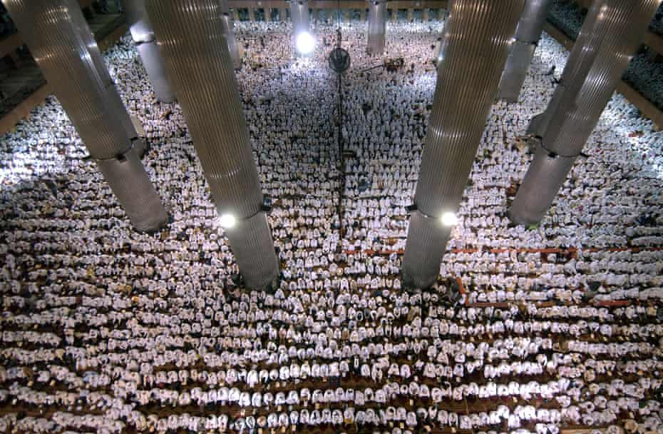 Thousands of Indonesian Muslims had assembled a mass pray for tsunami-hit Aceh province at Istiqlal Mosque in Jakarta in 2005.