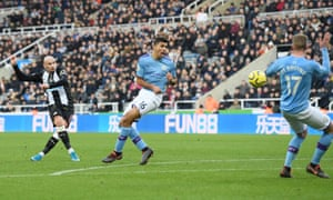 Jonjo Shelvey fires in the second equaliser for Newcastle United.