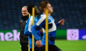 Leicester City's Claudio Ranieri puts his players through their paces at the Estádio do Dragão
