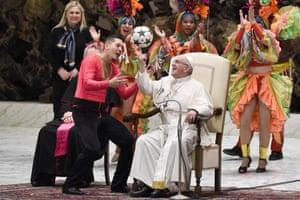 Vatican: Pope Francis juggles a ball