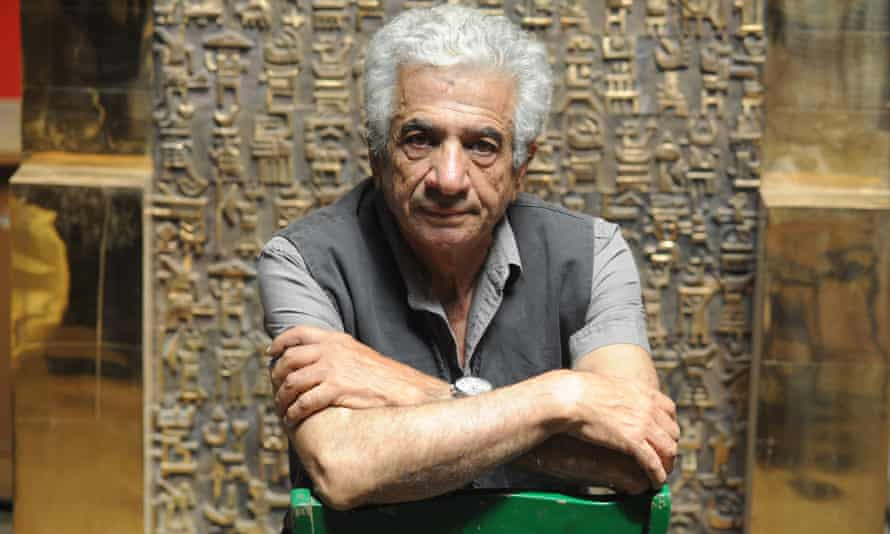 Parviz Tanavoli with his sculpture The Wall (Oh Persepolis)