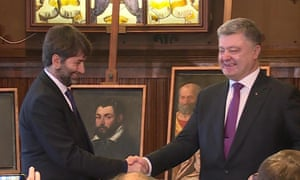 Italian culture minister Dario Franceschini shakes hands with Ukrainian President Petro Poroshenko.