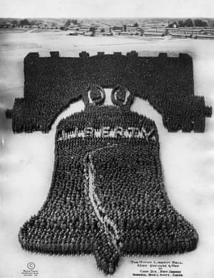 To create the human Liberty Bell image, Mole assembled about 25,000 soldiers.