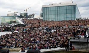 Justin Bieber的粉丝们在2012年5月在歌剧院演出前聚集在一起。