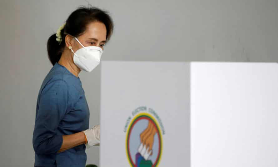 Aung San Suu Kyi arrives for an early vote in Naypyitaw before the election