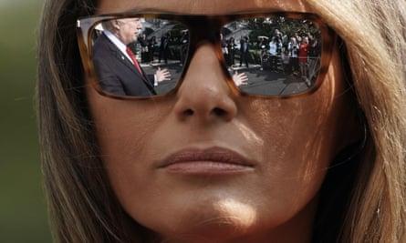 Refleksi Donald Trump di kacamata hitam Melania Trump.