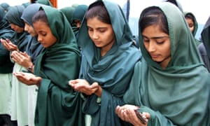 Schoolgirls pray for victims. pakistan