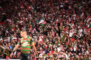 Rabbitohs 球迷在 Penrith Panthers 和 South Sydney Rabbitohs 之间的 NRL 总决赛中欢呼