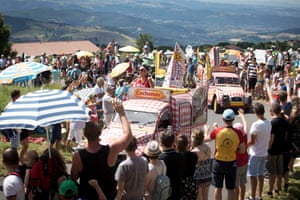 The caravans arrive throwing out gifts to the crowd near the Col de Peyra Taillade