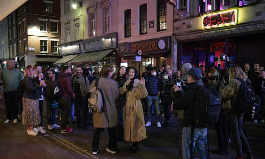 Crowds form outside the bars as 10pm arrives
