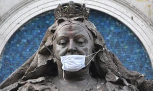 Statue of Queen Victoria wearing a facemask.