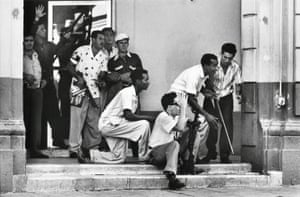 Civilians arm themselves after Batista flees, photo by Burt Glinn. Here they are attacking the hotel and casino owned by Batista sympathisers, January 1, 1959.