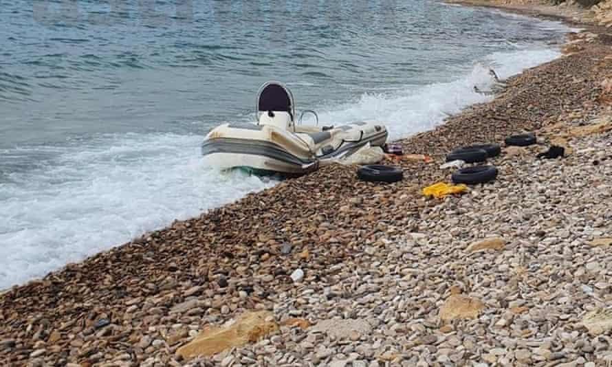 Ένα σκάφος προσφύγων έπλυνε στην ακτή του Sioux, Ελλάδα.