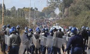 武装警察在哈拉雷。