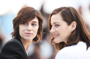 """Actresses Charlotte Gainsbourg (left) and Marion Cotillard attend the """"Ismael's Ghosts (Les Fantomes d'Ismael)"""" photocall"""