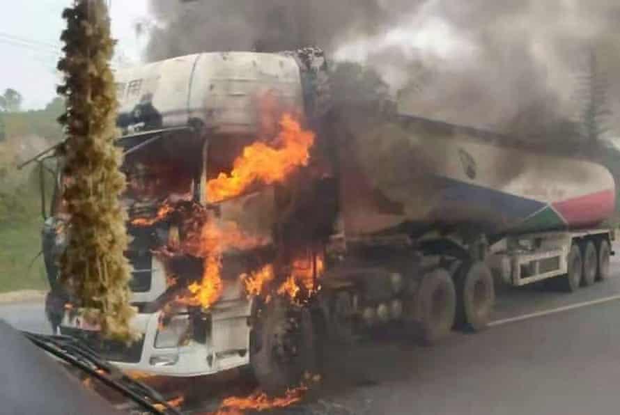 Un camión cisterna de combustible arde después de ser incendiado por rebeldes en el estado de Shan en Myanmar el mes pasado.