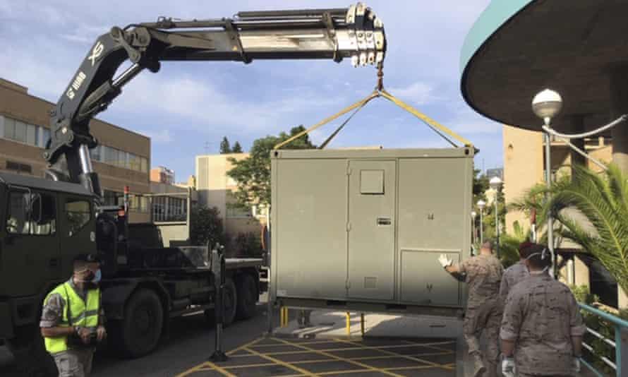 En esta foto proporcionada por el Ministerio de Defensa español, soldados han instalado unidades en el estacionamiento del Hospital Clínico Universitario de Zaragoza, España, el martes.