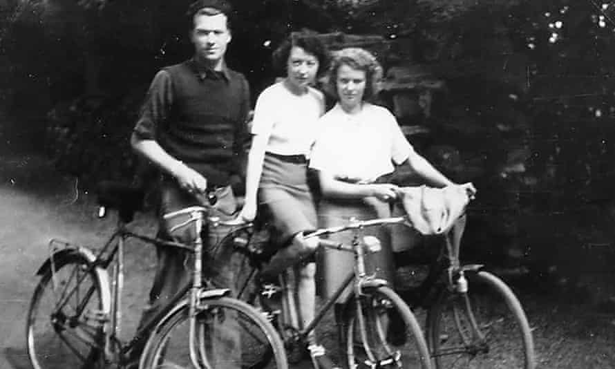 Freddie, Elvire and Janine de Greef cycling to Spain in 1944, after Elvire decided that there was a risk of the Gestapo returning to Bayonne. Once they reached the border, the children went on alone to Britain