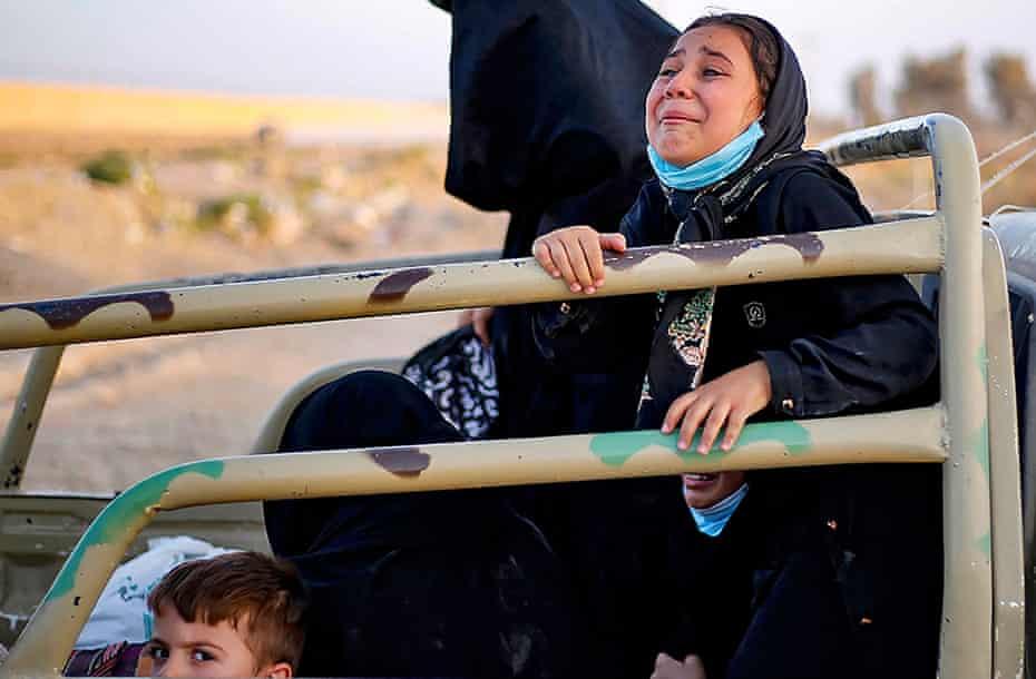 Mujeres y niños afganos que intentan huir de Afganistán a Irán después de que los talibanes tomaron el control.